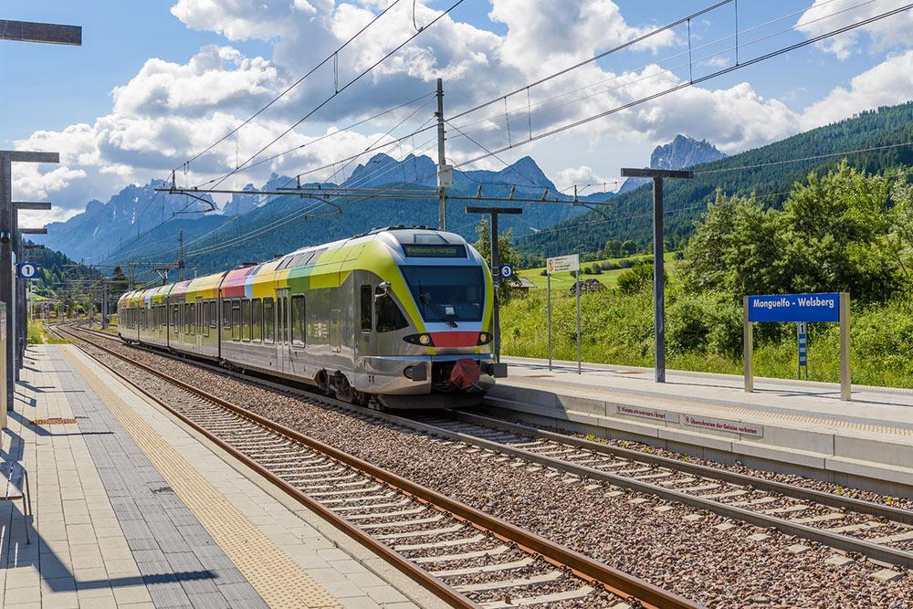 zug-mobilitaet-bauernhof-welsberg-treno-trasporto-pubblico-monguelfo